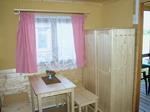 chata A interier - stolek, šatní skříň